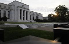 Après la bataille politicienne du budget qui a mené l'Amérique au bord du précipice, la Réserve fédérale pourrait devoir attendre le début 2014 pour constater une vigueur suffisante de l'économie lui permettant de commencer à réduire ses rachats d'obligations du Trésor, selon des économistes. /Photo prise le 31 juillet 2013/REUTERS/Jonathan Ernst