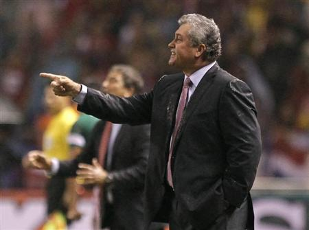 Mexico's coach Victor Manuel Vucetich (R) gives instructions to his players during their 2014 World Cup qualifying soccer match against Costa Rica at the national stadium in San Jose October 15, 2013. REUTERS/Juan Carlos Ulate