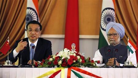 Chinese Premier Li Keqiang (L) speaks with the media as India's Prime Minister Manmohan Singh looks on during the signing of agreements ceremony in New Delhi May 20, 2013. REUTERS/Adnan Abidi