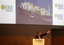 Eike Batista, CEO do Grupo EBX, fala durante cerimônia na celebração do início da produção de petróleo da OGX, no Porto de Açu, em São João da Barra, no Rio de Janeiro, 26 de abril de 2012. A OGX informou no final da noite de quinta-feira que está discutindo com a Vinci Partners e outros potenciais investidores opções para a reestruturação financeira da endividada companhia de petróleo e gás. 26/04/2012 REUTERS/Ricardo Moraes