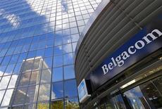 Logo do grupo belga de telecomunicação Belgacom na entrada da sede da empresa em Bruxelas, 16 de setembro de 2013. O grupo belga de telecomunicação Belgacom investiga mais uma possível tentativa de ataque hacker a seu braço de atacado internacional BICS, informou a companhia na noite de quinta-feira. 16/09/2013 REUTERS/Yves Herman