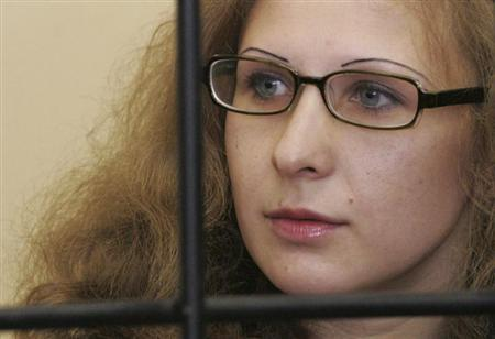 Maria Alyokhina, jailed member of Russian punk band Pussy Riot, looks out from a defendants' box as she attends a court hearing in Nizhny Novgorod, September 26, 2013. REUTERS/Roman Yarovitsyn
