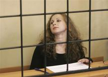 Maria Alyokhina, integrante presa da banda Pussy Riot, vista em uma cela durante uma audiência no tribunal de Nizhny Novogorod, na Rússia. Alyokyhina retirou nesta sexta-feira um pedido de liberdade antecipada, a fim de demonstrar apoio a uma colega que está em greve de fome contra as condições carcerárias. 18/10/2013. REUTERS/Roman Yarovitsyn