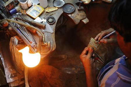 A craftsman makes a gold ornament at a workshop in New Delhi September 6, 2013. REUTERS/Anindito Mukherjee/Files