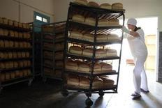 Женщина работает в пекарне в Кирове 8 июля 2013 года. Минэкономики ждет инфляцию в РФ в октябре в размере 0,3-0,4 процента в месячном выражении, а по итогам года 6,0 процента - на верхней границе целевого диапазона Центробанка, говорится в мониторинге министерства. REUTERS/Eduard Korniyenko
