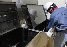 Un trabajador realiza una mantención a un equipo en la planta de cables de acero TIM en Huamantla, México, oct 11 2013. La tasa de desempleo de México se ubicó en septiembre en un 4.92 por ciento, una tasa superior en 0.13 puntos porcentuales a la del mes previo, dijo el viernes el instituto nacional de estadísticas, INEGI. REUTERS/Tomas Bravo