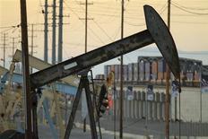 Una plataforma petrolera en el pozo Wilmington cerca de Long Beach, EEUU, jul 30 2013. Los administradores de fondos de pensiones y patrimonios se sienten cada vez más frustrados por el pobre desempeño de los fondos de materias primas y han pedido a quienes están a cargo ser más activos en sus esfuerzos por incrementar la rentabilidad. REUTERS/David McNew