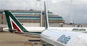 Un avión de la aerolínea Alitalia antes de su despegue en el aeropuerto Fiumicino de Roma, oct 12 2013. La aerolínea Alitalia dijo el viernes que recaudó 130 millones de euros (178 millones de dólares) hasta ahora como parte de un aumento de capital de hasta 300 millones de euros aprobado esta semana por sus accionistas. REUTERS/Stefano Rellandini