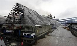 Bombeiros trabalham para apagar fogo nos armazéns da Copersucar, maior comercializadora de açúcar do mundo, no porto de Santos, nesta sexta-feira. REUTERS/Paulo Whitaker