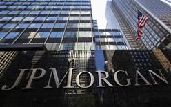 JPMorgan acordó tentativamente pagar 4.000 millones de dólares a reguladores estadounidenses para resolver acusaciones de que mal informó a agencias hipotecarias respaldadas por el Gobierno sobre la calidad de los créditos que vendió durante el auge inmobiliario, reportó el viernes el Wall Street Journal. En la foto de archivo, el frente de las oficinas de la empresa en Nueva York. Sept 19, 2013. REUTERS/Mike Segar