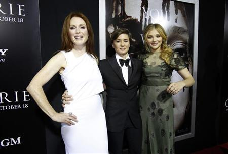 Director of the movie Kimberly Peirce (C) poses with cast members Julianne Moore (L) and Chloe Grace Moretz at the premiere of ''Carrie'' in Los Angeles, California October 7, 2013. REUTERS/Mario Anzuoni