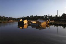 A collapsed motel lies in the water at Coyuca de Benitez on the outskirts of Acapulco, October 2, 2013. REUTERS/Edgard Garrido