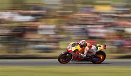 Piloto de MotoGP, o espanhol Marc Marquez, é visto durante sessão de treinamento antes do Grande Prêmio da Austrália. Problemas com pneus causaram mudanças dramáticas para o GP da Austrália de domingo, no qual os pilotos terão que trocar de moto no meio da corrida pela primeira vez na MotoGP. 19/10/2013 REUTERS/Brandon Malone
