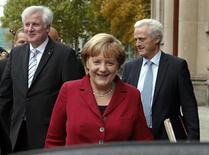 La canciller alemana, Angela Merkel, y sus socios del bloque conservador abandonan una reunión sobre negociaciones incipientes para formar coalición de Gobierno con el SPD en Berlín. Octubre 2013. REUTERS/ Fabrizio Bensc. El jefe del banco central de Alemania, el Bundesbank, dijo a la canciller Angela Merkel que debe controlar los gastos del Gobierno de cara al inicio de discusiones para formar coalición con los Social Demócratas (SPD) de centro-izquierda, en las que afronta presión para elevar el financiamiento a la inversión.