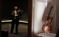 Le violon du chef d'orchestre du Titanic a été vendu samedi aux enchères 900.000 livres sterling (1,06 million d'euros), un record pour un souvenir du paquebot transatlantique qui a sombré après avoir heurté un iceberg en avril 1912. /Photo prise le 18 septembre 2013/REUTERS/Cathal McNaughton