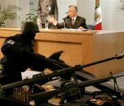 Foto de archivo. El fiscal general de México ofrece una conferencia de prensa para mostrar armas confiscdas a narcotraficantes del cartel de los Arellano Félix tras una redada en Tijuana. REUTERS/Daniel Aguilar. El mayor de los hermanos mexicanos Arellano Félix, una familia que por años encabezó un sanguinario cartel del narcotráfico en el país, fue asesinado a tiros en la turística ciudad de Los Cabos por un desconocido, dijeron el sábado autoridades.