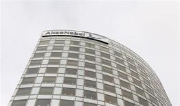 Akzo Nobel a fait état d'un bénéfice avant intérêts, impôts et dépréciations (Ebitda) de 456 millions d'euros sur un chiffre d'affaires de 3,78 milliards pour son troisième trimestre. Le groupe chimique néerlandais, propriétaire des peintures Dulux, affiche des résultats à peu près conformes aux attentes des analystes mais prévient que son bénéfice opérationnel de l'ensemble de l'année ne dépassera probablement pas celui de 2012 du fait de charges de restructuration et de la faiblesse de la demande. /Photo d'archives/REUTERS/Jerry Lampen