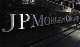Логотип JP Morgan Chase & Co у центрального офиса в Нью-Йорке 19 сентября 2013 года. JPMorgan Chase & Co предварительно договорился с министерством юстиции США и другими госорганами об урегулировании вопроса с расследованиями в отношении некачественных ипотечных ссуд, которые банк продавал инвесторам во время финансового кризиса, сообщил источник, знакомый с ходом переговоров. REUTERS/Mike Segar