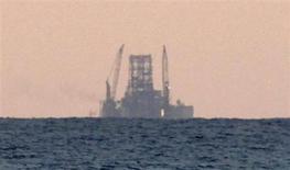Строящаяся нефтяная платформа у побережья Гаваны 21 января 2012 года. Цены на нефть снижаются на фоне растущего предложения, но спад сдерживает надежда инвесторов, что ФРС отложит сокращение программы экономических стимулов. REUTERS/Desmond Boylan