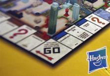 """Логотип Hasbro на игре """"Монополия"""" в Нью-Йорке 19 октября 2009 года. Прибыль американской Hasbro Inc в третьем квартале оказалась лучше ожиданий аналитиков благодаря сильному спросу за рубежом, компенсировавшему слабые показатели на домашнем рынке. REUTERS/Shannon Stapleton"""