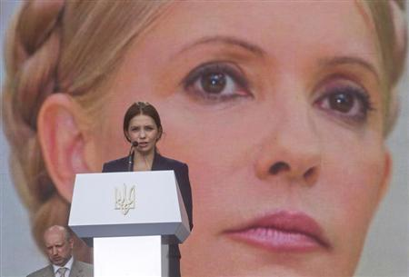 Yevgenia Tymoshenko, daughter of jailed Ukranian former Prime Minister and opposition leader Yulia Tymoshenko, addresses supporters of opposition parties in front of a screen displaying a picture of her mother, during a unification congress of opposition parties on a central square in Kiev June 15, 2013. REUTERS/Valentyn Ogirenko