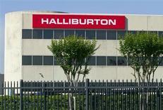 Логотип Halliburton на офисе компании в Хьюстоне, Техас, 6 апреля 2012 года. Квартальная прибыль одной из крупнейших нефтесервисных компаний мира Halliburton Co превзошла прогнозы аналитиков благодаря повышенному спросу на ее услуги в России, Саудовской Аравии и Анголе, сообщила компания в понедельник. REUTERS/Richard Carson