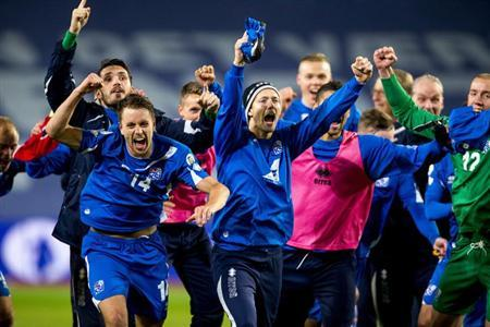 Iceland's team celebrates after their 2014 World Cup qualifying football match against Norway at Ullevaal stadium in Oslo, October 15, 2013. REUTERS/Erlend Aas/NTB Scanpix