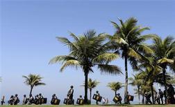 Soldados de la policía militar realizan una patrulla por la playa Barra de Tijuca cerca de donde se realizará la subasta del campo petrolero Libra en Río de Janeiro, oct 21 2013. Brasil se alistaba el lunes para vender derechos de producción de su mayor descubrimiento de petróleo hasta la fecha, en una subasta que desató protestas nacionalistas a pesar de que las mayores petroleras del mundo optaron por mantenerse al margen. REUTERS/Ricardo Moraes