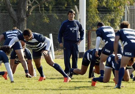 Santiago Phelan (C), coach of Argentina's Los Pumas, conducts a training session ahead of the Rugby Championship in Buenos Aires July 19, 2012. REUTERS/Enrique Marcarian