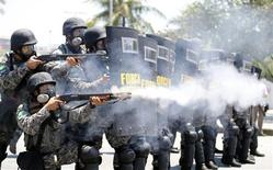 National Force soldiers fire rubber bullets during clashes with demonstrators near Hotel Windsor, where the auction for Libra offshore oilfield will take place, in Rio de Janeiro October 21, 2013. REUTERS/Sergio Moraes