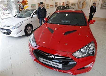 People look around as Hyundai Motor's Genesis (front) and Sonata are displayed at a gallery-style Hyundai dealership in Seoul April 5, 2012. REUTERS/Kim Hong-Ji