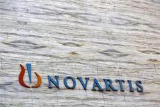 Логотип Novartis на штаб-квартире компании в Мумбае 1 апреля 2013 года. Швейцарский производитель лекарств Novartis увеличил прогноз годовых результатов в среду, отметив отсутствие конкуренции средству от давления Diovan. REUTERS/Vivek Prakash