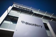 Логотип Blackberry в кампусе компании в Уотерлу, Канада 23 сентября 2013 года. BlackBerry Ltd начала предоставлять услуги своей службы мгновенных сообщений BlackBerry Messenger (BBM) пользователям Android и iPhone, сообщила канадская компания в понедельник вечером. REUTERS/Mark Blinch