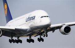 Airbus 380 компании Lufthansa заходит на посадку в аэропорту Франкфурта-на-Майне 12 июля 2013 года. Прогноз прибыли Lufthansa на 2013 год оказался ниже ожиданий инвесторов из-за издержек на реструктуризацию и волатильности на валютном рынке. REUTERS/Ralph Orlowski