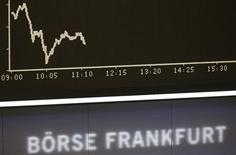 График изменения индекса DAX на Франкфуртской фондовой бирже 17 октября 2013 года. Европейские фондовые рынки разнонаправленны после выхода неоднозначных квартальных отчетов компаний. REUTERS/Kai Pfaffenbach
