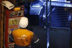 """Le titre ArcelorMittal accuse la plus forte baisse du CAC 40 à la mi-journée (-3,49% à 11,61 euros), alors que la Bourse de Paris est peu changée à la mi-journée, (-0,06% vers midi) dans l'attente de la publication, retardée en raison du """"shutdown"""", du rapport sur l'emploi américain en septembre. /Photo d'archives/REUTERS/Vincent Kessler"""