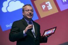 """L'ancien directeur général de Nokia Stephen Elop, désormais responsable des terminaux mobiles, présente la tablette Lumia 2520. Nokia a présenté mardi sa toute première tablette tactile et deux nouveaux modèles de """"phablettes"""", ces smartphones dotés d'un grand écran, des produits développés avant l'annonce du rachat des activités de terminaux du groupe par Microsoft. /Photo prise le 22 octobre 2013/REUTERS/Ben Job"""
