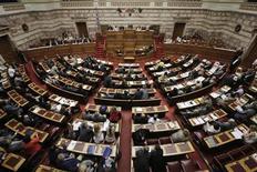 Законодатели на заседании парламента в Афинах 17 июля 2013 года. Греция добилась успеха в борьбе с бюджетными проблемами, но ей нужно ускорить осуществление структурных реформ и повысить эффективность государственного управления, чтобы подстегнуть рост, заявила во вторник Еврокомиссия. REUTERS/John Kolesidis