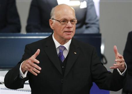 Norbert Lammert (C) reelected President of Germany's lower house of parliament, holds his speech during the constitutional meeting of the Bundestag in Berlin October 22, 2013. REUTERS/Pawel Kopczynski (GERMANY - Tags: POLITICS) - RTX14JI4