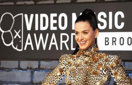 Singer Katy Perry shows off her bejeweled teeth on arrival for the 2013 MTV Video Music Awards in New York August 25, 2013. REUTERS/Andrew Kelly