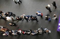 Lors d'une foire pour l'emploi de professionnels de santé à Denver, dans le Colorado. L'économie américaine a créé nettement moins d'emplois qu'attendu en septembre, suggérant une pause dans la reprise du marché du travail qui justifie a posteriori la décision de la Réserve fédérale de différer le début de normalisation de sa politique monétaire. /Photo prise le 9 avril 2013/REUTERS/Rick Wilking
