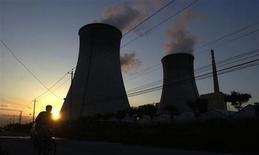 Тепловая станция China Huaneng Group в Пекине 17 августа 2005 года. Группа En+ миллиардера Олега Дерипаски, владеющая в России энергоугольным холдингом Евросибэнерго, привлекла очередного китайского партнера в строительство электростанций на Востоке РФ с расчетом на большой экспорт в Китай, который обсуждается разными участниками в последнее десятилетие. REUTERS/China Newsphoto