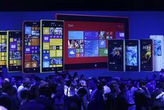 Una ceremonia de lanzamiento de productos de Nokia en Abu Dabi, oct 22 2013. Nokia dio a conocer su primera tableta y sus primeros teléfonos avanzados con pantalla grande, que formarán parte de la arremetida global de Microsoft por convertirse en un actor importante en dispositivos para los consumidores cuando se haga cargo del negocio de teléfonos de la firma finlandesa. REUTERS/Ben Job