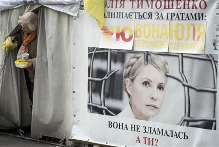 A supporter of jailed former Ukrainian Prime Minister Yulia Tymoshenko stands at a protest tent camp in central Kiev October 7, 2013. REUTERS/Gleb Garanich