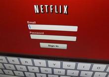 El logo de Netflix en un iPad en Encinitas, EEUU, abr 19 2013. Los inversores abandonaron el martes sus posiciones en Netflix Inc, cuyas acciones revirtieron ganancias iniciales en una ola de ventas que mostró señales de operadores impulsivos que dejaban al volátil título. REUTERS/Mike Blake