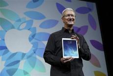 """El presidente ejecutivo de Apple, Tim Cook, presenta su nueva tableta iPad Air en un evento en San Francisco, oct 22 2013. Apple anunció el martes el lanzamiento de un nuevo dispositivo tablet más delgado y más liviano denominado """"iPad Air"""". REUTERS/Robert Galbraith"""