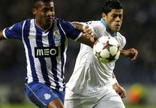 Hulk (D) disputa bola com Alex Sandro, do Porto, durante partida em que o Zenit venceu por 1 x 0 nesta terça-feira. REUTERS/Miguel Vidal