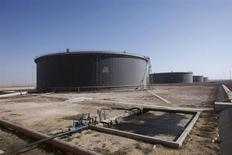 Нефтехранилища в ливийском порту Марса-эль-Брега 20 августа 2013 года. Цены на нефть снижаются, но рынок поддерживает слабый доллар после публикации разочаровавшего аналитиков отчета о занятости в США. REUTERS/Ismail Zitouny