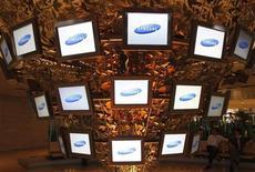 Samsung Electronics, désireux de ne pas prendre de retard dans sa lutte contre Apple au sein d'un secteur en perpétuelle évolution, a renforcé ses derniers mois sa mainmise sur la chaîne d'approvisionnement via différentes acquisitions, une stratégie dont la dernière illustration réside dans l'accord passé avec l'américain Corning, qui fabrique des verres inrayables. /Photo d'archives/REUTERS/Lee Jae-Won