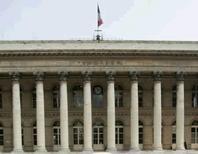 Les Bourses européennes se replient à mi-séance sous le coup de résultats décevants et d'inquiétudes sur le secteur bancaire qui entraînent des prises de bénéfices. Le CAC 40 cède 0,79% à Paris tandis que l'indice européen EuroStoxx 50 recule de 0,39%. /Photo d'archives/REUTERS/Benoit Tessier